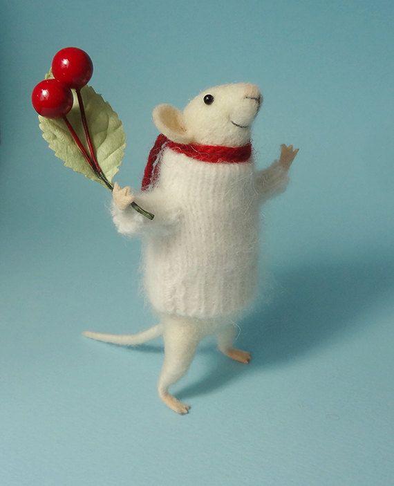 Deze kleine muis was met de hand gemaakt van merinoswol met behulp van naald voelde technieken. Het komt met een witte trui, rode sjaal en