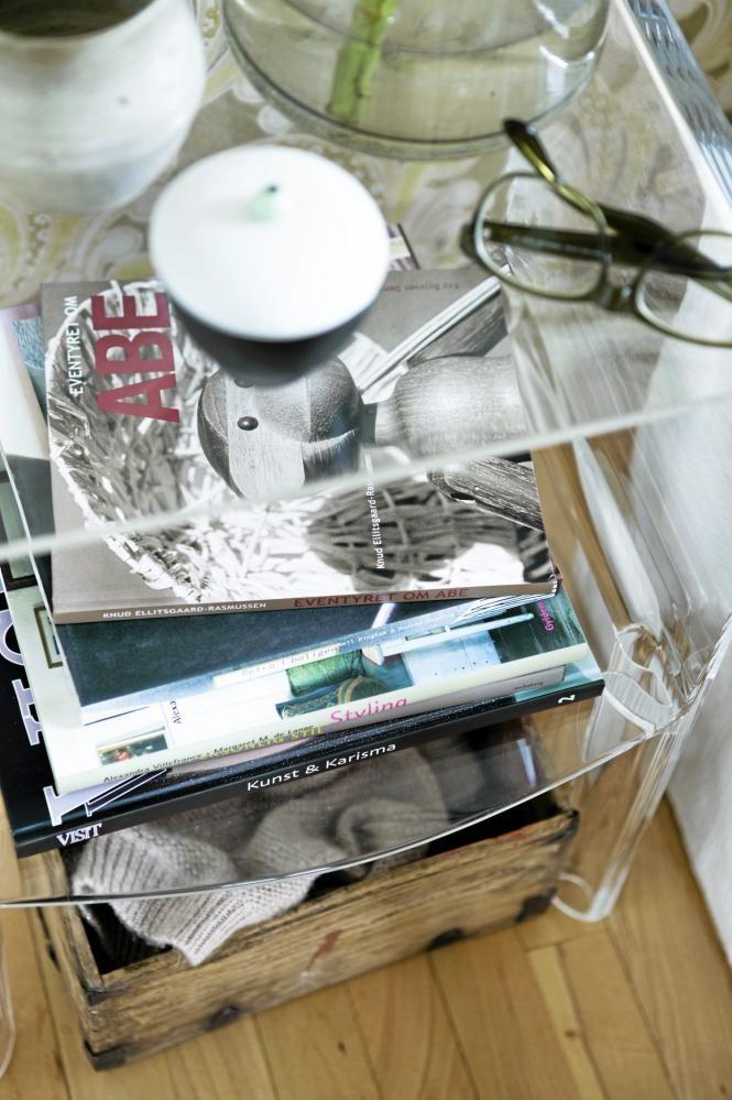 Det gjennomsiktige nattbordet Ghost Buster er fra Kartell, og kan kjøpes fra nettbutikken room21.no. I hyllen under ligger det bøker og blader som kan leses på sengen, mens det på gulvet står en trekasse som oppbevarer ting og tang.