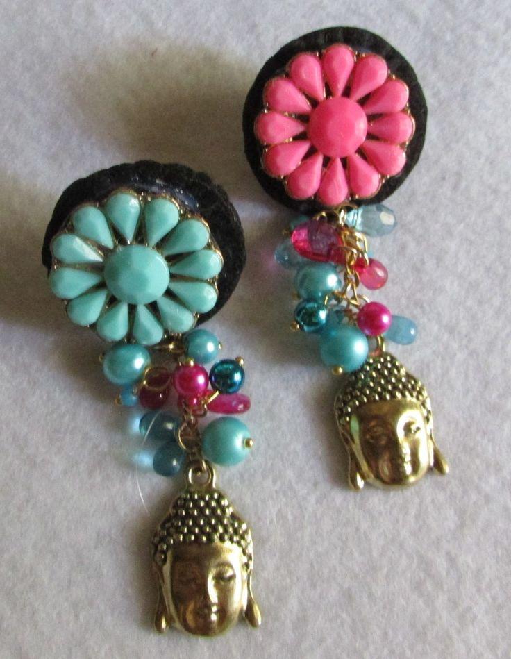 Aro clip, bordado a mano alzada en soporte fieltro, uno rosa fucsia y el otro calipso con abalorios perlas y  cabeza buda metalica