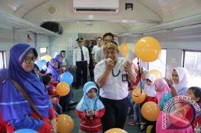 Ratusan Siswa TK Naik Kereta Api Peringati Hari Dongeng Internasional