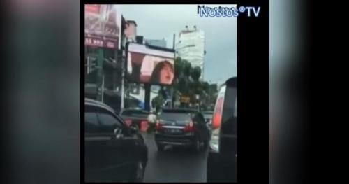 News - Il cartellone pubblicitario trasmette un film porno!!