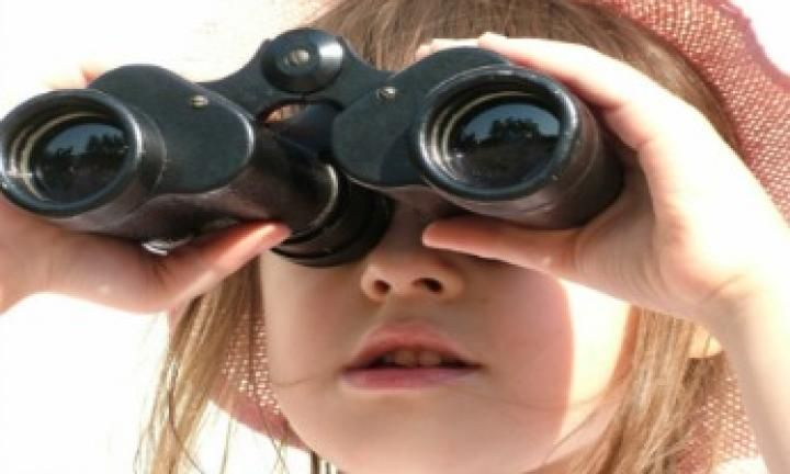 Challenge all the children to see the world in a new way, from the wrong end of a pair of binoculars! The binocular balance game will have the sound of laughter and delight coming from your party in no time as the little ones play.