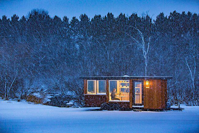 ท่ามกลางหิมะที่โอบล้อมยังสามารถุนั่งทำงานไป จิบกาแฟไปได้อยู่