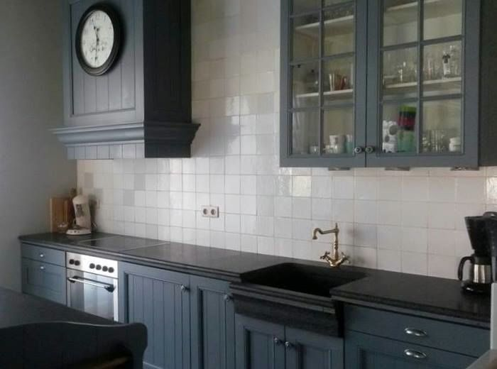 Kitchen cabinets in the color Oxford Bluefrom Pure & Original. Cred Tres Jolie