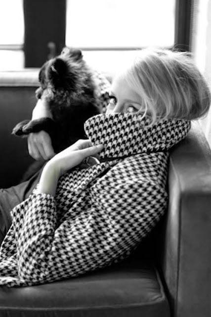 Pied-de-Poule Em francês Pied-de-poule significa pé de galinha. O nome denomina o xadrez com os quadrados separados onde o desenho da trama e do urdume lembram pegadas de aves. Na década de 30 essa padronagem era exclusivamente masculina, e foi eternizada por Coco Chanel que a trouxe para o guarda-roupa feminino.