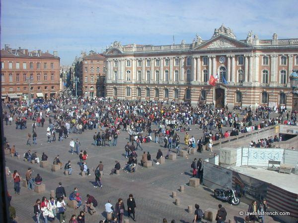 Toulouse - Bilingual reading practice: La Place du Capitole est vraiment le cœur de Toulouse. Assez grande, elle est presque toujours pleine de piétons et, souvent, d'éventaires.