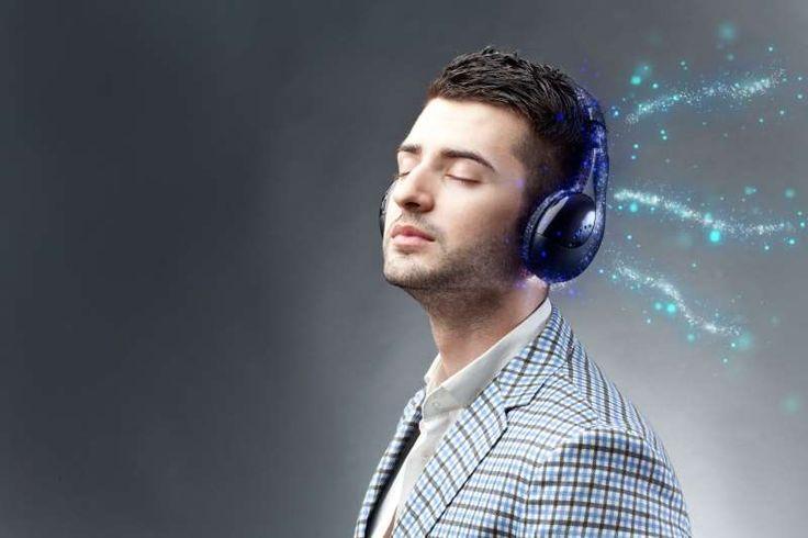 άντρας ακούει μουσική με ακουστικά