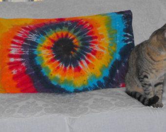 Taie d'oreiller de Tie Dye dans le tourbillon de l'arc en ciel ou Rainbow coeur