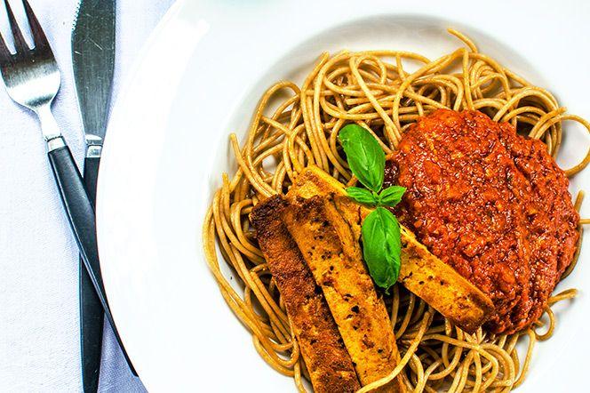 Pasta med tomatsås och tofu mild chili | Kung Markatta - kungen av ekologisktVardagsmat när den är som bäst! Hemlagad tomatsås som gjorts extra smakrik av både pesto och rotselleri. Finfin matlåda på resterna (om det blir något över!) Såsen och pastan ger ungefär 6 portioner.