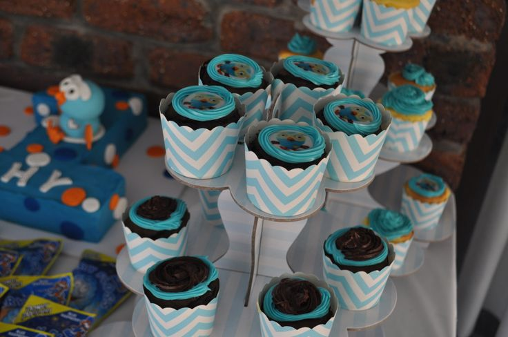 giggle and hoot cupcakes to match the cake