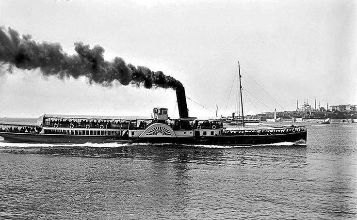 Yandan çarklı Ferah vapuru, Kadıköy - Eminönü seferinde 1914.