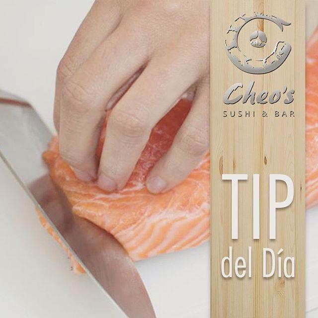 Reposting @cheossushibar: TIP del día  Reconoce el buen pescado. Este es el más elemental, pero tal vez también el detalle más importante. Si el restaurante de sushi huele a muelle de pescadores, vete. Aparte de la caballa, el sushi no debe tener sabor u olor a pescado: debe tener la dulzura agradable de la carne combinada con un satisfactorio toque salado de la carne de pescado. . . . . . . . . . . . . . . . . #food #foodporn #yum #instafood #yummy #amazing #instagood #photooftheday #sweet