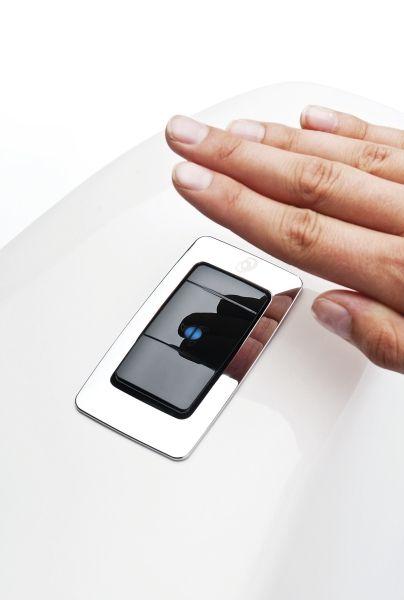 Hygieeninen Sensor WC hoitaa huuhtelun ilman kosketusta. Iso huuhtelu hoituu hitaalla liikkeellä, pieni huuhtelu nopealla pyyhkäisyllä.