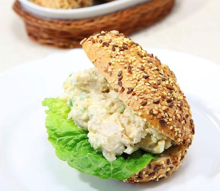 Het is misschien wel een van de meest gegeten salades voor op brood: kipkerrie. Kant-en-klaar gekocht bestaat de ingrediëntenlijst uit meer dan 20 ingrediënten. Dat kan puurder! Dit is het basisrecept, waarop je volop kunt variëren.