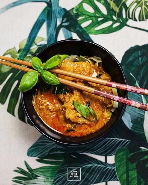 Tajskie czerwone curry z wieprzowiną i bazylią - przepis na Gaeng ped moo. Lekkie tajskie czerwone curry ze schabem lub polędwicą, obiad w 30 minut.