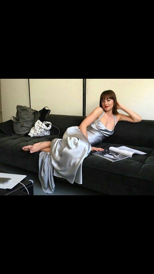 Nueva foto de Dakota , por el vestido supongo fue el día que grabaron el baile de máscaras , simplemente se ve hermosa nuestra bella Ana Steele , aunque como la foto la público el fotógrafo oficial puede ser que es de una de las secciones de fotos para la publicidad