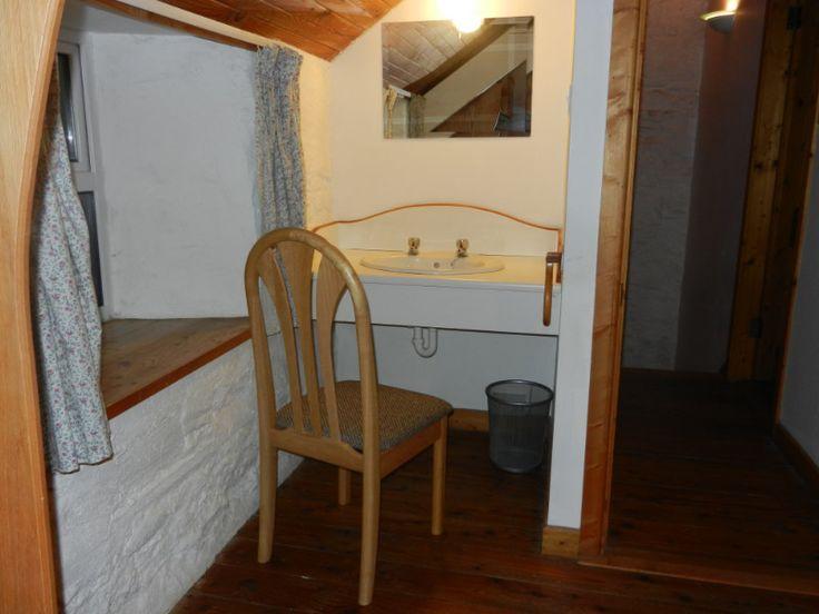 Cottage 4 Large Bedroom Wash hand basin