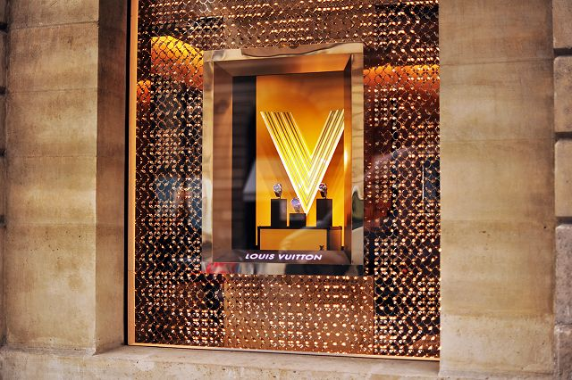 Fine jewellery kingdom - Parisoan Place Vendome - shopping route here: http://goo.gl/3JTstq