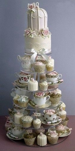 Torta de novios 100% vintage! Cupcakes con encaje, otros hechos en tazas antiguas, colores claros....