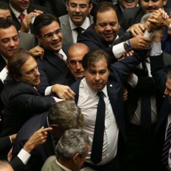 Maia diz que não definirá prazo para votar cassação de Cunha https://noticias.terra.com.br/brasil/politica/maia-diz-que-nao-vai-definir-prazo-para-votar-cassacao-de-eduardo-cunha,94120cd2fcd65feafdfe73baf34322a1x4zx68nk.html