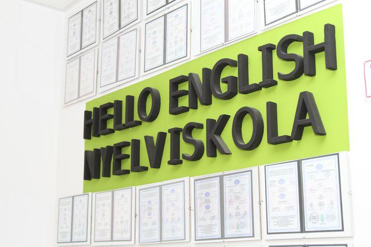 Nyelvvizsga bizonyítványok a Hello English Nyelviskola feliratnál.