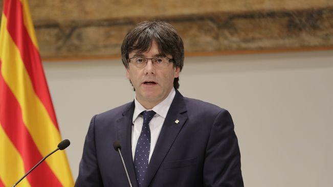"""Carles Puigdemont ha donat el tret de sortida a una jornada que es preveu històrica amb un missatge institucional de suport a Mas, Ortega i Rigau una hora abans que arribin al TSJC per ser jutjats pel 9N. El president de Catalunya ha denunciat a la sala gòtica del Palau de la Generalitat els """"abusos"""" de l'Estat espanyol contra el Principat per haver """"judicialitzat"""" la política catalana. A més, ha esmentat la recollida de signatures del PP contra l'Estatut ara ja fa una dècada. Com a resposta…"""