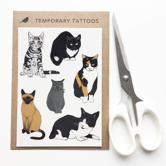 Een blad van 6 tijdelijke tatoeages van mijn kat ontwerpen dat het blad komt netjes en zorgvuldig verpakt in een volledig biologisch afbreekbaar/composteerbaar maïs zetmeel pakje met een 100% gerecycleerd papier label, met instructies afgedrukt op de achterzijde.  Instructies van toepassing:  Knip uit uw gekozen tatoeage en duidelijk bovenste blad verwijderen. Druk op tatoeage op schone, droge huid met het ontwerp naar beneden. Temperen tatoeage, en druk op neer. Wacht 30 seconden en ver...