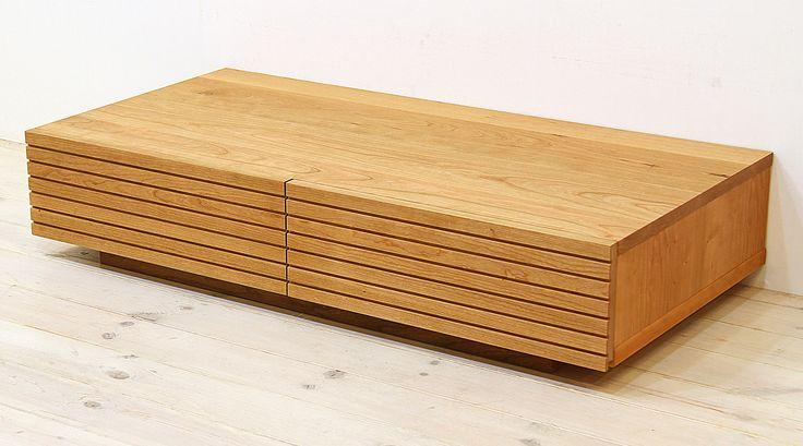 当店のセンターテーブル「風雅(幅1000/ブラックチェリー)」です。スリットデザインが魅力的で、同一のシリーズでまとめると統一感のある独特の雰囲気感のあるお部屋を演出できます。自然工房【kyno.jp】