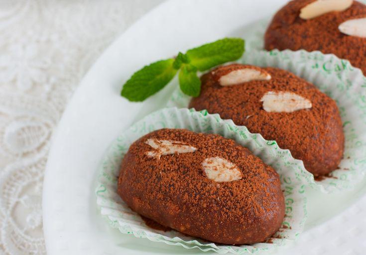 Prajitura cartofi cu ciocolata este un deliciu rusesc la origine, similar salamului de biscuiti, pe care il poti prepara cu ce ai in casa: fie cu biscuiti simpli, fie cu resturi de prajituri, cum ar fi checurile sau cozonacul.