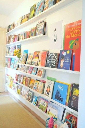 絵本は大きさもいろいろ。子どもでも出しやすくて片付けやすい、スッキリとした収納方法には悩みますよね。 MOSSLANDAは飾り棚です。本を並べるのにちょうどよい奥行きで、たくさん繋げて壁に設置すれば開放的でギャラリーのような本棚の出来上がり!表紙を表向きにして並べると、可愛いだけでなく、何がどこにあるか分かりやすくいですね♪