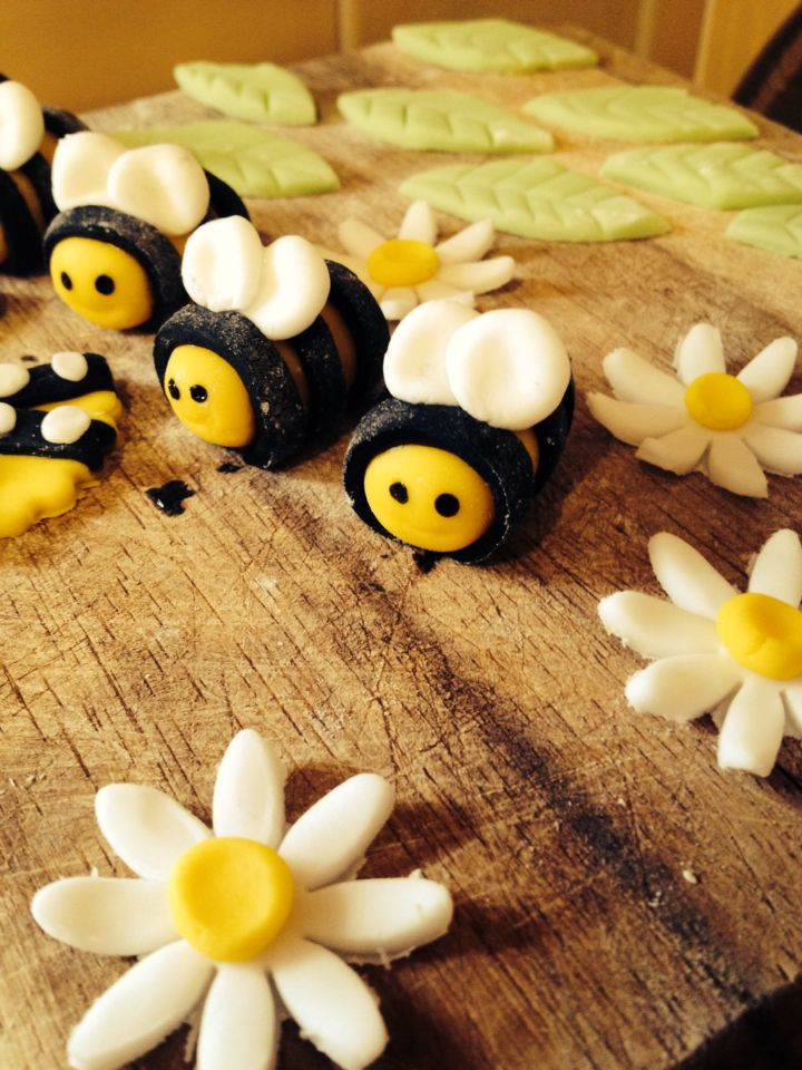 Baby shower bee cake decorations