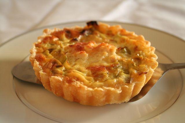 Recept uit de Allerhande.  Bladerdeeg laten ontdooien.  Oven op 200 °C voorverwarmen.  In grote koekenpan of wok margarine verhitten.  Shoarmavlees
