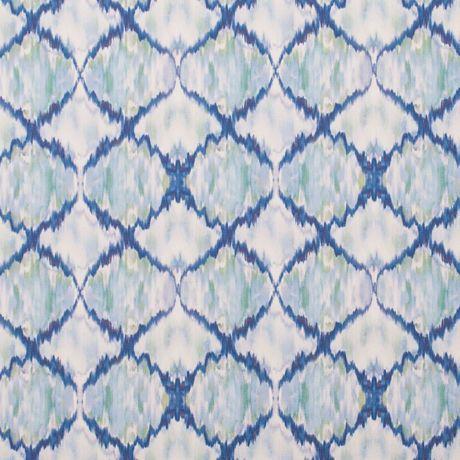 Do fundo azul do tecido surgem losangos tingidos em tons de azul. Um padrão geométrico que lembra azulejo e assenta na perfeição em qualquer decoração de jardim e exterior.