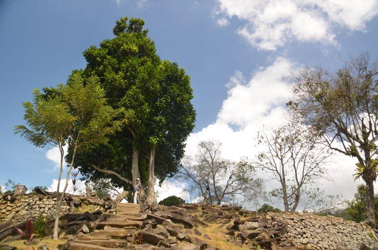 Situs Megalitikum Gunung Padang, Cianjur. Situs dengan sistem Punden Berundak  terbesar di Asia Tenggara.