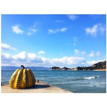 でも「直島」を代表するのは、やっぱりこっち。 瀬戸内海を背景にした黄色の「かぼちゃ」。港から徒歩で約40分の場所にあります。
