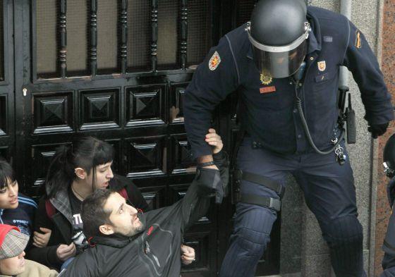 El SUP respaldará a los policías que se nieguen a participar en desahucios   Política   EL PAÍS