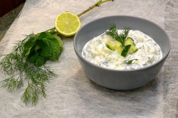 Tzatziki is een echt Grieks recept, waar je zoveel knoflook in kunt doen als je zelf lekker vindt. Smaken verschillen, maar als je het ons vraagt geldt in dit geval: hoe meer, hoe beter!
