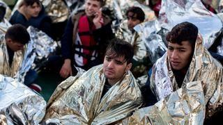 Afghanische Flüchtlinge aus Afghanistan in der Ägäis zwischen der Türkei und der griechischen Insel Lesbos; sie befinden sich nach ihrer Rettung auf dem Vorschiff des Seenotrettungskreuzers Minden.    Bildquelle: dpa