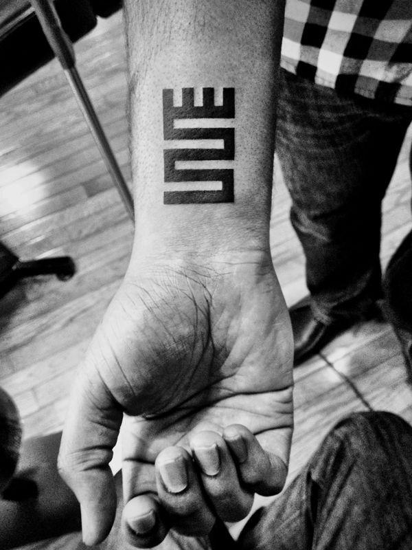 Tatouage graphique sur le poignet