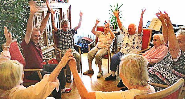 Bewegung als Medikament gegen Demenz - In der Wohngemeinschaft für Menschen mit Demenz in Bensberg, die durch den ASB (Arbeiter-Samariter Bund) betreut wird, gibt es seit April ein wöchentliches Bewegungsangebot für die Bewohner des Hauses.