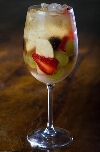 Hum... Vai um drink aí?  Ingredientes: 3 morangos ¼ de maçã verde  5 uvas Thompsom Meia ameixa ou pêssego 1 garrafa de mini cava brut gelada 20ml de cointreau  Modo de preparo: Corte todas as frutas em forma de lâmina, coloque numa taça de vinho tinto com o cointreau, o gelo e a cava. Está pronto para servir!