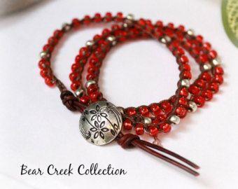 Abrigo de cuero y ganchillo rojo pulsera, collar, plata, Boho Chic, Seed Bead Bracelet, Triple envoltura