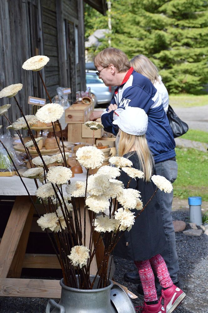 Puusta valmistettuja upeita koriste- ja käyttöesineitä on myynnissä Turkansaaressa juhlapäivänä. Luuppi, Oulu (Finland)