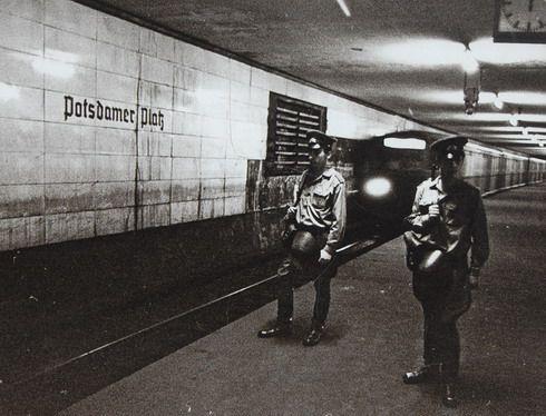 Ost-BERLIN bis 1990, Geisterbahnhöfe unter der Stadt. Sie lagen immer im Halbdunkel und die Züge hielten nicht, wenn sie von West-Berlin nach West-Berlin dort vorbei kamen. Allerdings konnte man es mit geschlossenen Augen riechen: Putzmittel und der Geruch der Trabbi-Auspuffgase