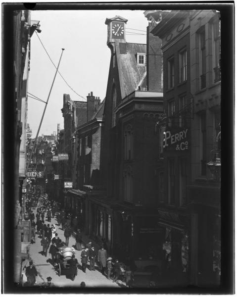 Kalverstraat 71-95 · februari 1893 - maart 1893    Kalverstraat 71 (ca.)-95 (v.l.n.r.).Gezien richting Dam. Rechts: ingang Enge Kapelsteeg.