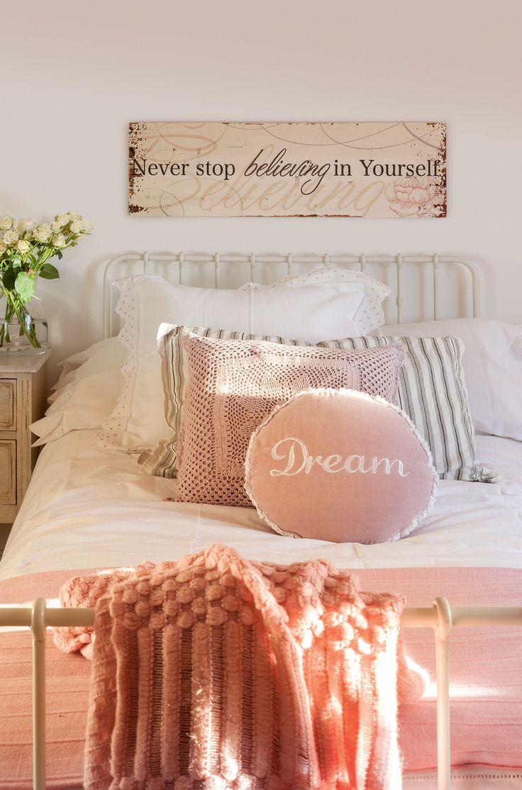 Semitoma de dormitorio con cama de forja y ropa de cama blanca y rosa. Semitoma de dormitorio con cama de forja y ropa de cama blanca y rosa_00395609