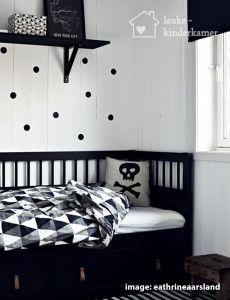 De leukste zwart witte kinderkamers, zwart wit grijs geometrisch dekbed en stippen op de muur - (re)pinned by www.leuke-kinderkamer.nl