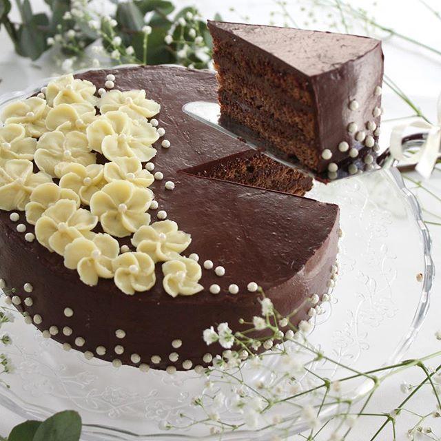 ✏️Chocolate Layer Cake with white chocolate flowers🌸 . . . Layer cake au chocolat noir avec les fleurs au ganache blanc. Voici la photo du gâteau coupé. À table!✨ . . . チョコレートレイヤーケーキのカットした一枚。お茶にしましょう✨ . . . #Layercake #レイヤーケーキ