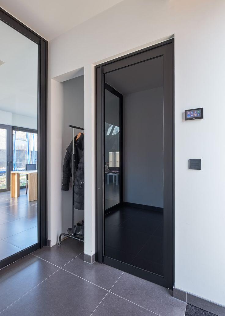 """Zwarte glazen wc deur. Deze populaire """"steel look"""" draaideur is gemaakt met zwart geanodiseerd aluminium en """"Dark Grey"""" gezuurd glas om privacy te bieden aan de wc gasten. De matte zijde zit langs de binnenkant en zorgt ervoor dat je niet door de deur kan kijken."""