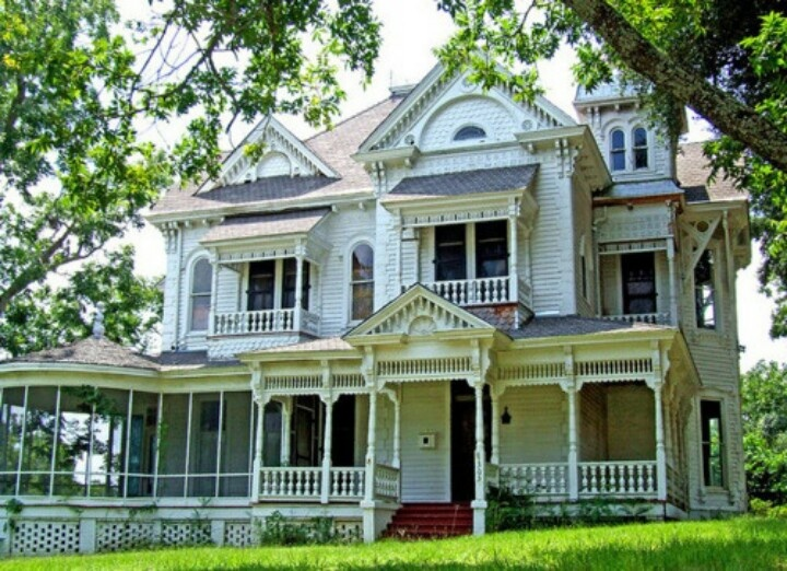 Pin de kinley grayce en my kind of house pinterest for Old style home builders